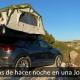 Vehículo camperizado con tienda de techo en la montaña