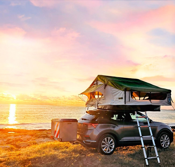 Vehiculo camperizado con tienda de techo Jovive Tent al atardecer