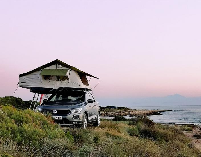 Vehículo con tienda Jovive Tent en zona costera