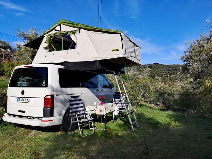 Furgoneta en bosque con tienda para techo Jovive Tent