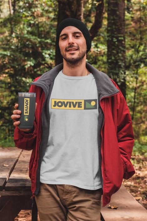 Hombre con camiseta blanca de camping en el bosque