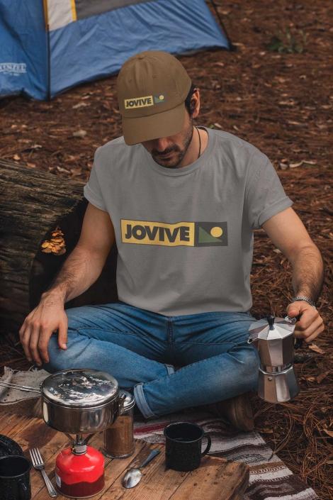 Hombre con gorra sirviendo cafe de camping
