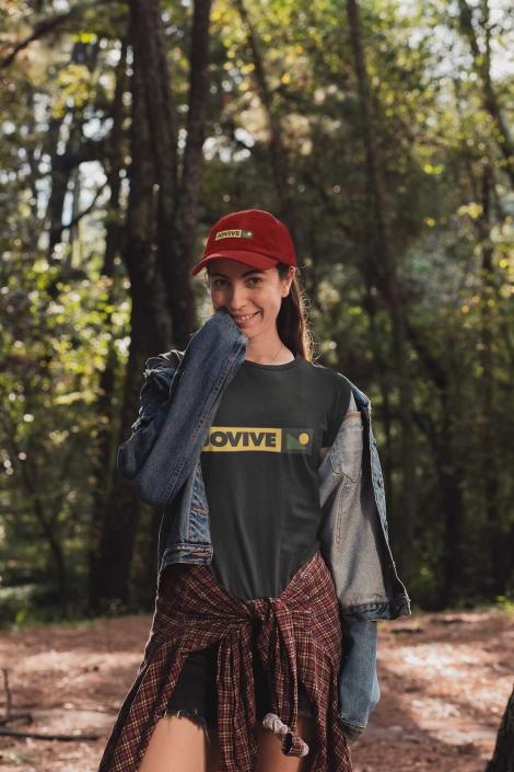 Mujer con gorra roja sonriendo de camping