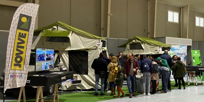 Gente en exposición de tiendas de techo en Murcia
