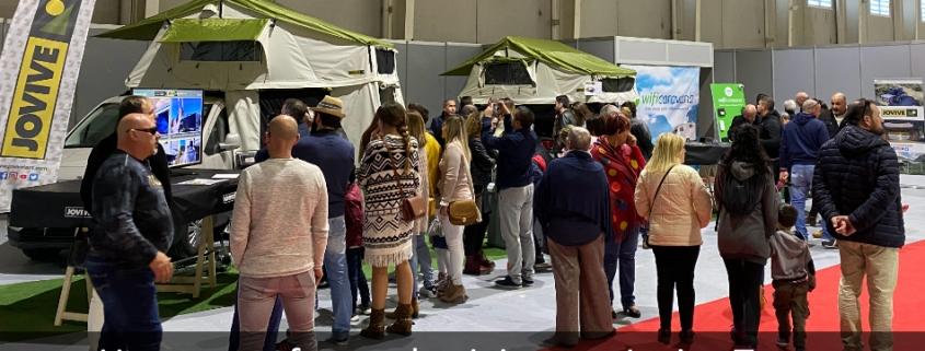Gente en exposición de tiendas de techo