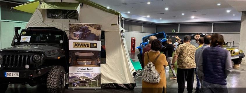 Jeep Wrangler equipado con Jovive Tent en exposición
