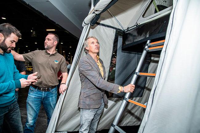 Jesus Calleja probando una tienda Jovive Tent