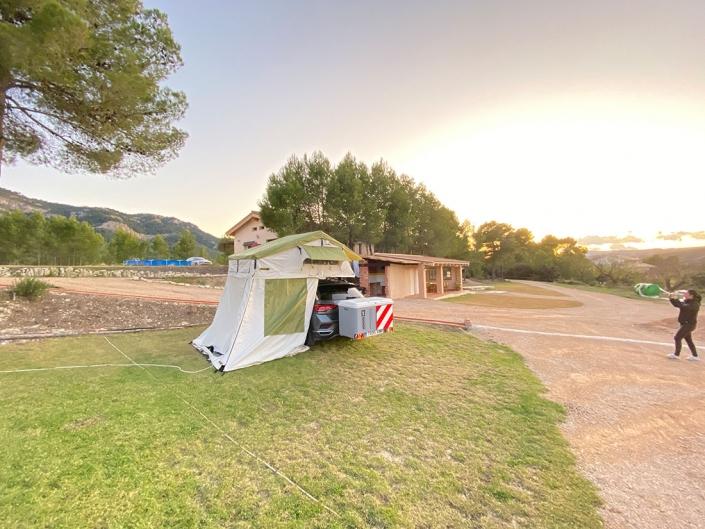 Tienda Jovive Tent completamente montada con todos los accesorios en zona de camping