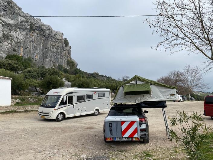 Vehiculo con Jovive Tent en area de camping