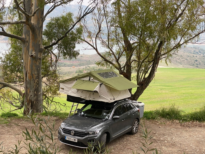 Vehiculo con Jovive Tent desplegada en bosque
