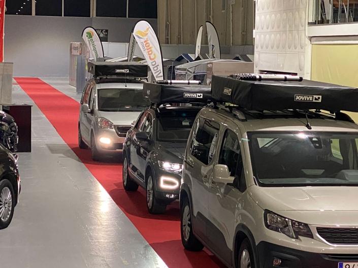 Vehículos con tiendas de techo en exposicion