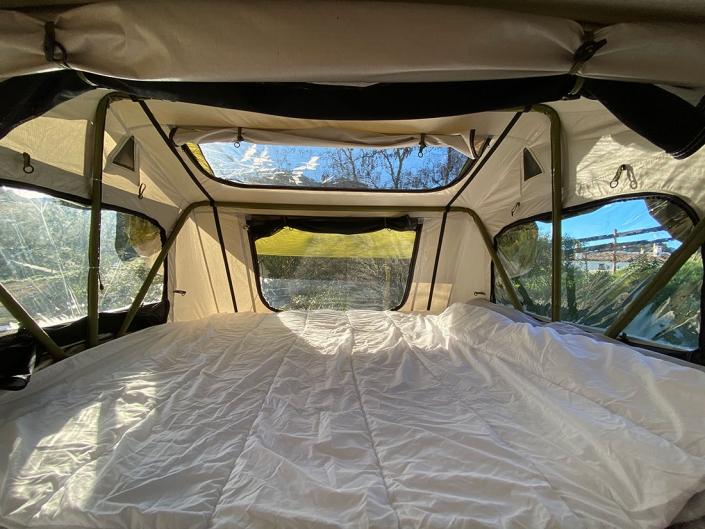 Vista interior tienda de techo para coches