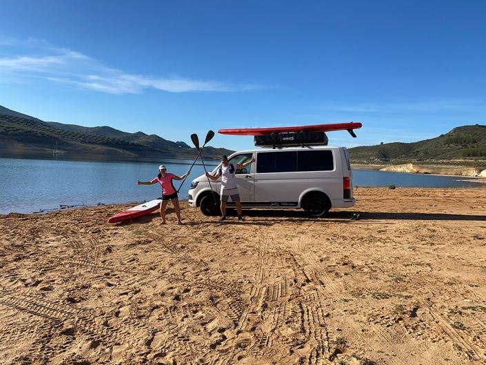 Vehículo camperizado con tienda de techo en la playa