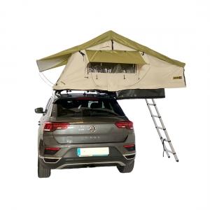 Vehículo color gris camperizado con tienda de techo